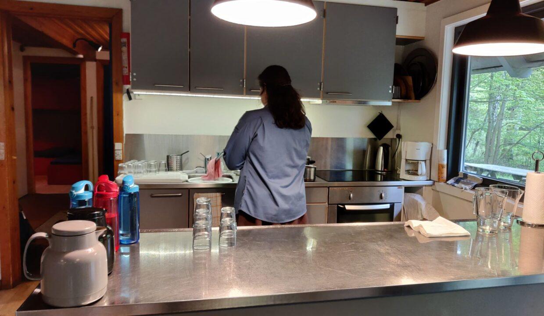 køkken (i brug) set fra opholdsrummet