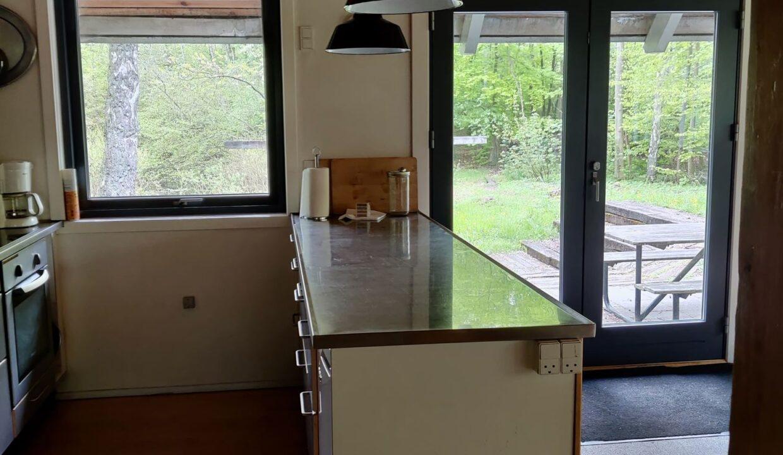 køkkendisk og udgang fra opholdsrummet