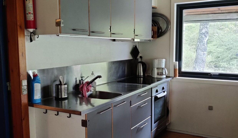køkkenside med vask og komfur